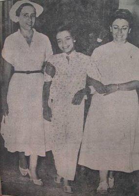 Η Σπυριδούλα, με τη βοήθεια των νοσοκόμων, κάνει τις πρώτες βόλτες της στους διαδρόμους του νοσοκομείου, καθώς η κατάσταση της υγείας της σημείωσε γρήγορα θεαματική βελτίωση
