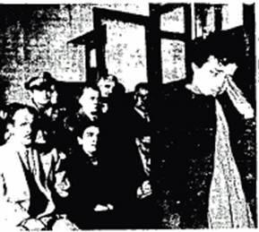 Η Σπυριδούλα καταθέτει στο Κακουργιοδικείο Λαμίας (φωτοτυπία φωτογραφίας, που δημοσιεύτηκε στην εφημερίδα «Ελευθερία» στις 31/1/1956)