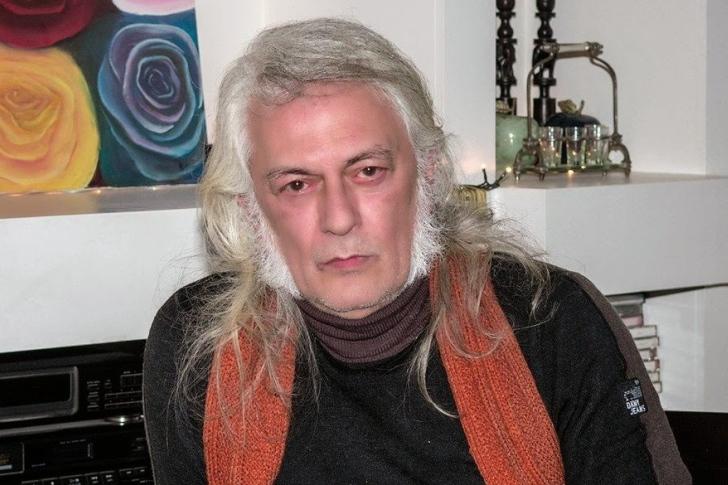 Ο Δημήτρης Ιατρόπουλος αποκαλύπτει τις ιστορίες πίσω από τους στίχους του. b1440b4122b